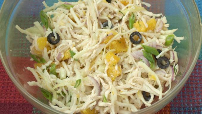 Салат с курицей, капустой и апельсинами