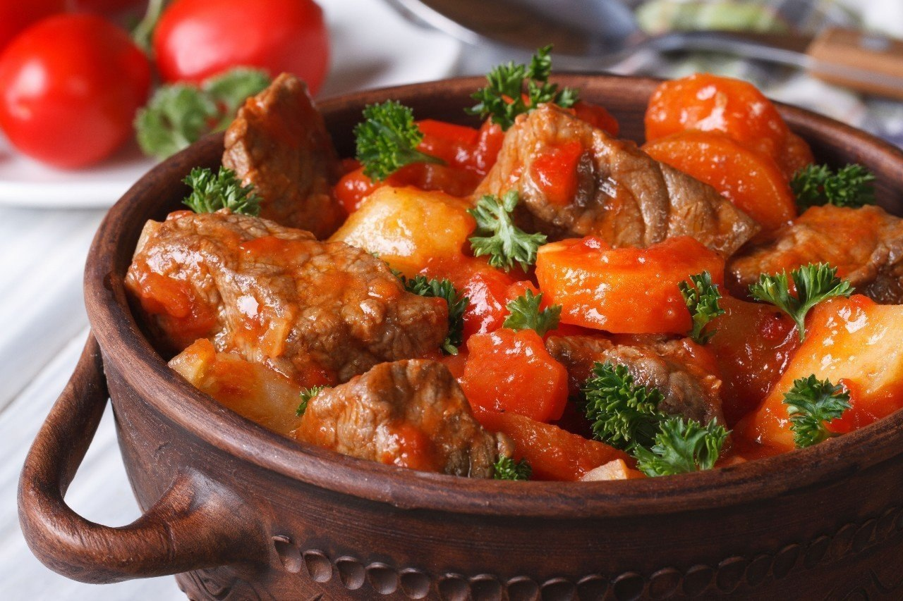 Свинина тушеная с грибами в томатном соусе