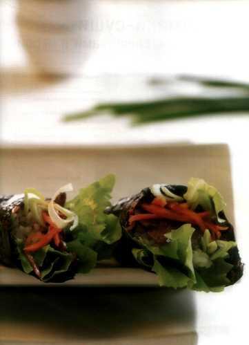Темаки-суши с салатом, говядиной и овощами