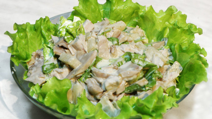Cалат из грибов и курицы