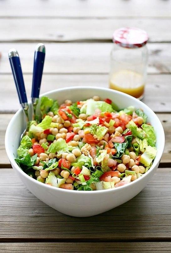 Салат с рыбой, нутом и овощами