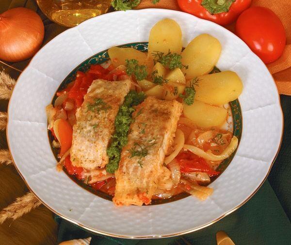 Филе карпа, тушенное с овощами