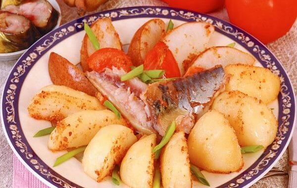 Копченая скумбрия, запеченная с картофелем и грушами