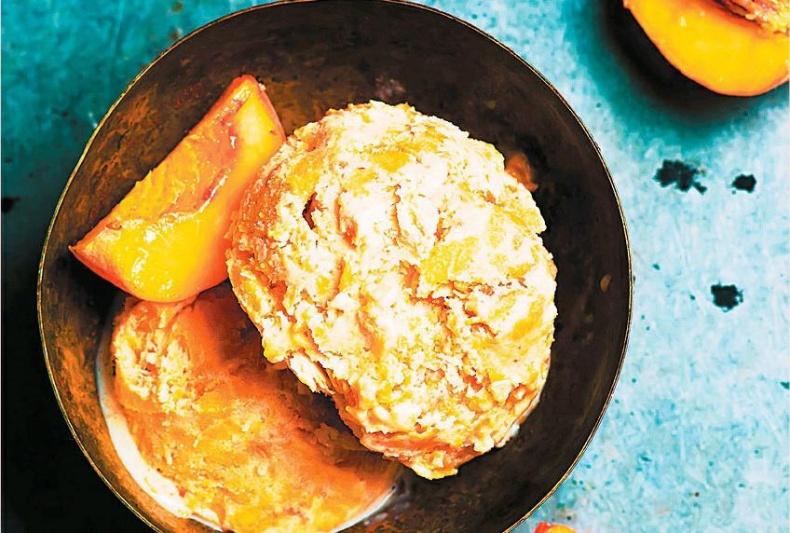 Мороженое из печеных персиков
