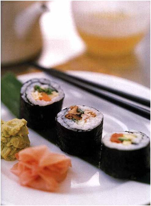 Пестрые хосо-маки-суши с тунцом и овощами