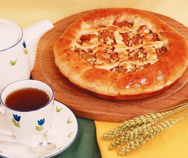 Пирог с курагой и орехами