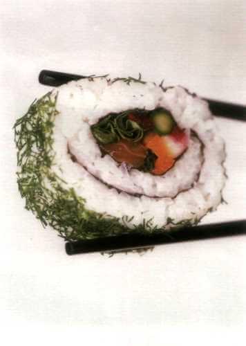 Рулетики маки-суши с семгой и овощами