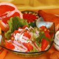 Салат из копченой курицы, риса и грейпфрута