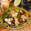Салат из копченой курицы, сыра и маслин