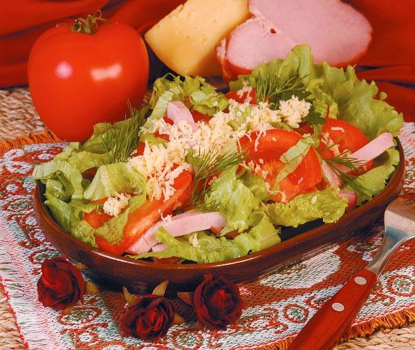 Салат из ветчины, помидоров и зелени