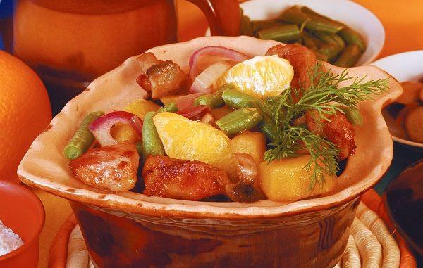 Свинина, запеченная в горшочке с апельсинами