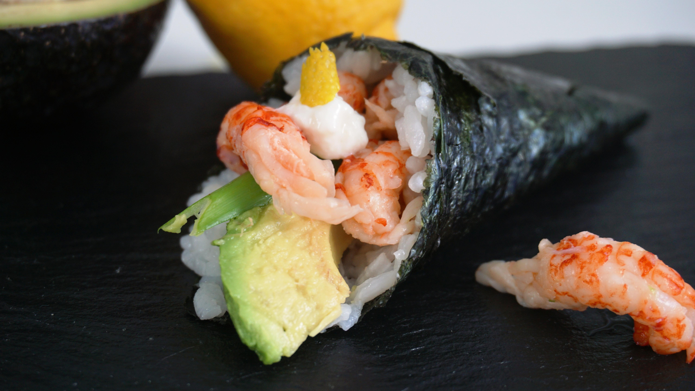 Темаки-суши с креветками и икрой