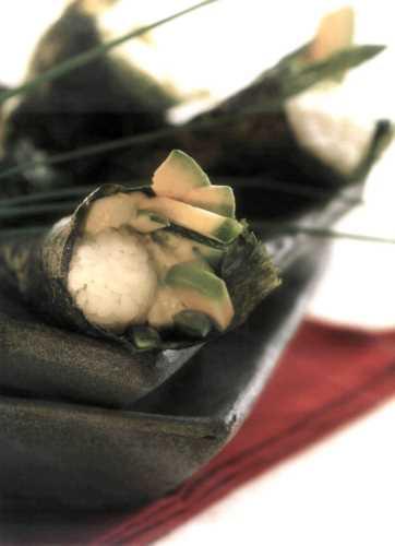 Темаки-суши со спаржей, авокадо и цуккини