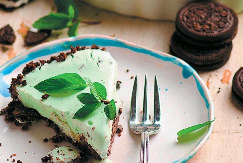 Торт из мятного мороженого с печеньем