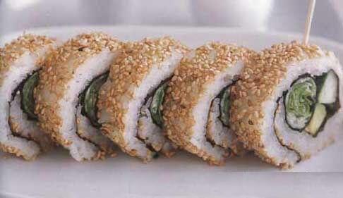 Ура-маки-суши с овощами и кунжутным семенем