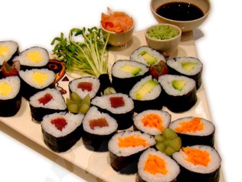 Хосо-маки-суши с огурцом, морковью и тунцом