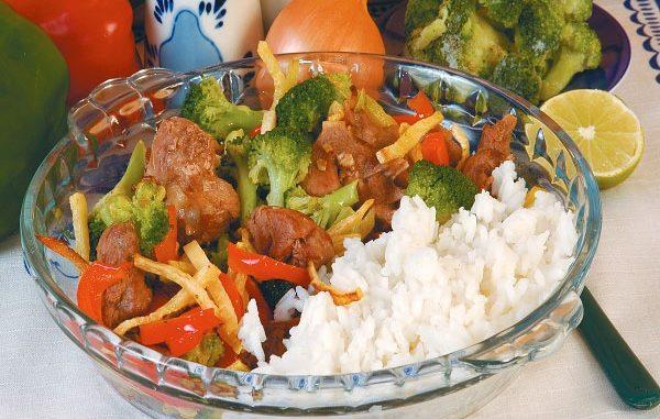 Жаренная свинина с рисом и брокколи
