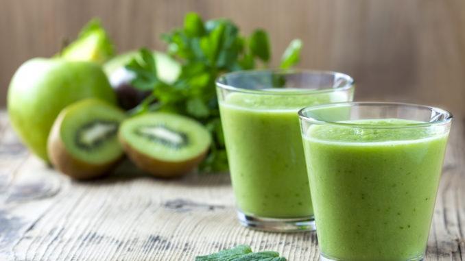 Зеленый смузи с фруктами и овощами