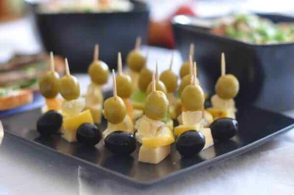 Канапе с оливками, сыром и огурцом