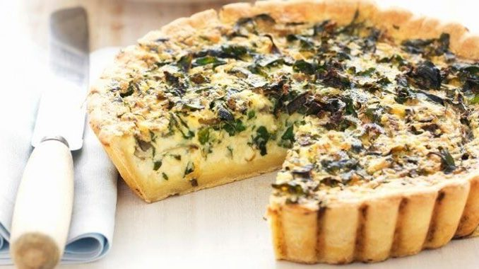 Киш с щавелем, голубым сыром и перцем