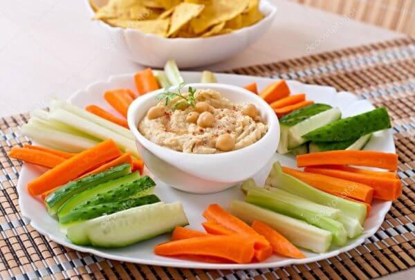 Овощи с хумусом из зеленой гречки