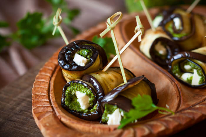 Рулетики из баклажаном с соусом песто и сыром