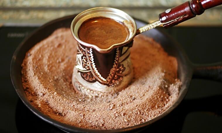 Классический кофе по-арабски на песке