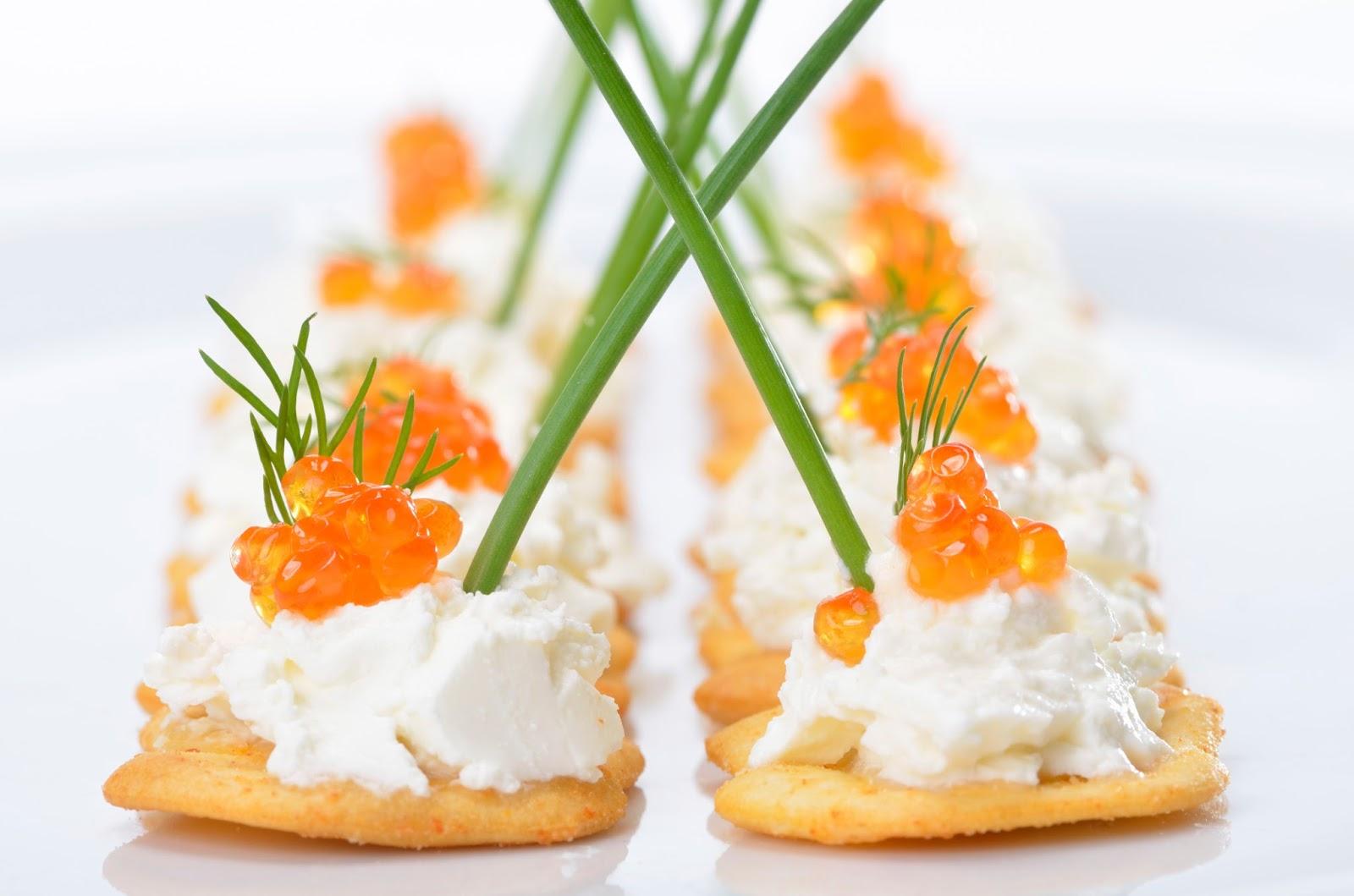 Крекеры с икрой и сливочным сыром