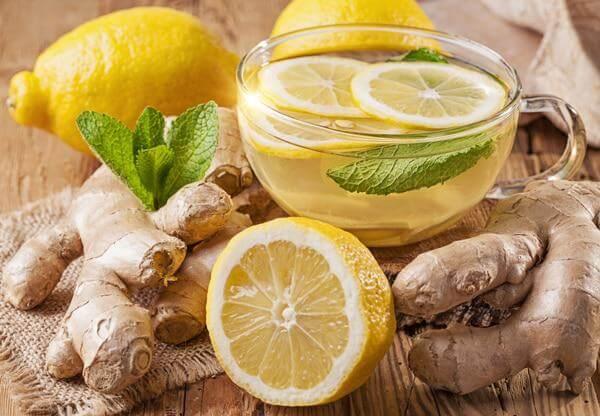Освежающий холодный чай с корнем имбиря, мятой и тархуном