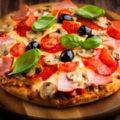 Пицца из слоеного теста с ветчиной и маслинами