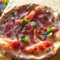 Пицца из тонкого бездрожжевого теста с беконом и моцареллой