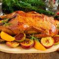 Рождественская утка с апельсином, сухофруктами и яблоками
