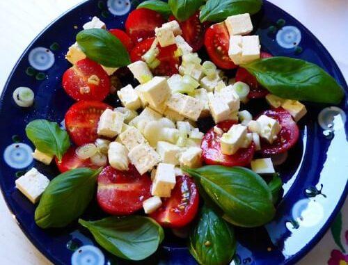 Салат из шпината с помидорами черри