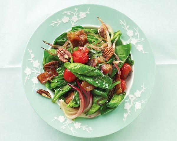 Салат из шпинатом, орехами и томатами