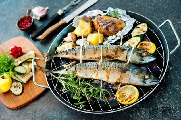 Скумбрия в духовке с овощами «по-деревенски»