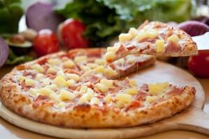 Сладкая пицца с ананасами и сливочным сыром
