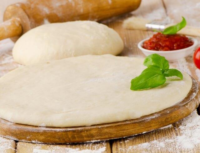 Тонкое тесто для пиццы с травами