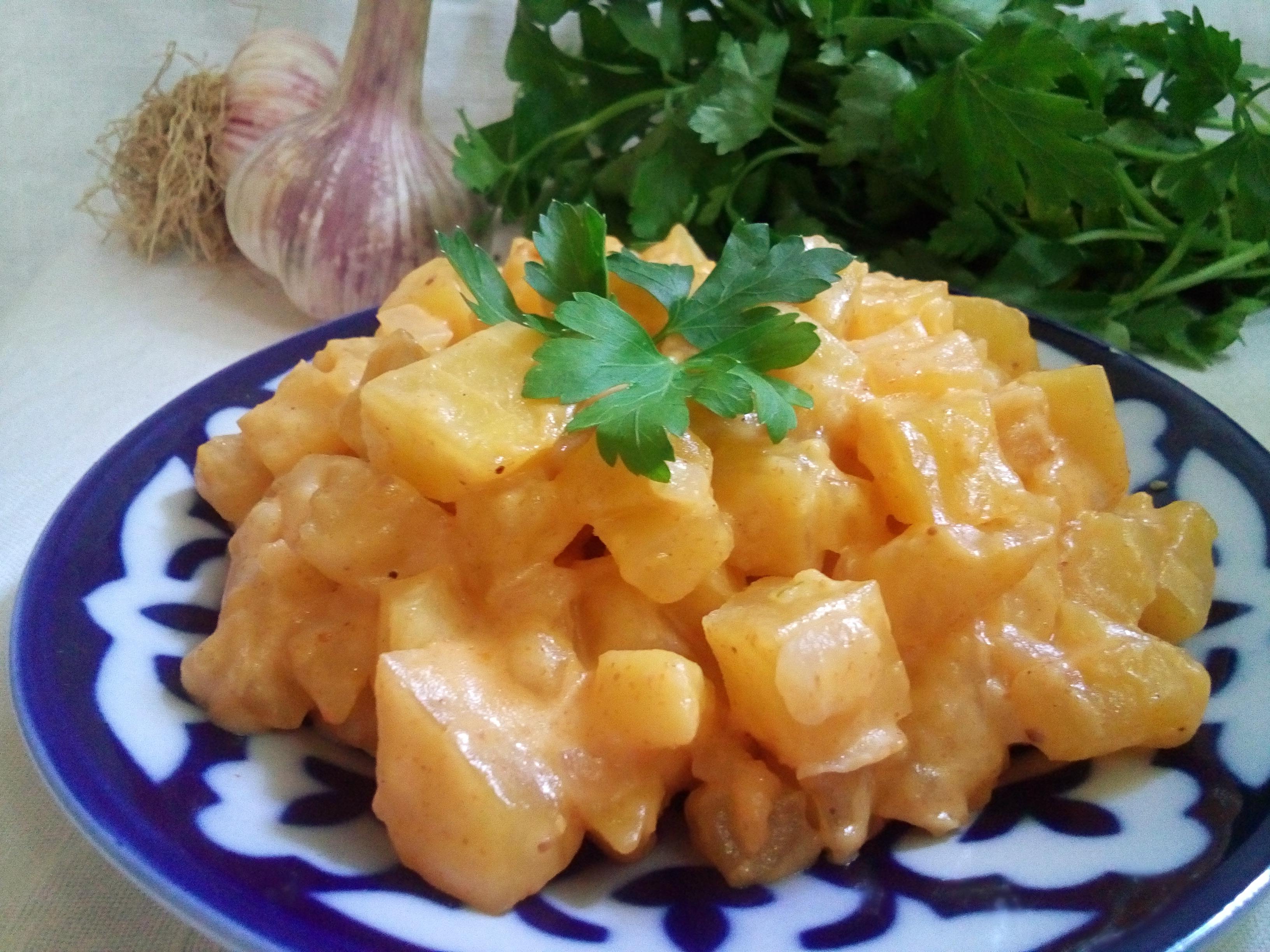 Тушеный картофель в густом сметанном соусе
