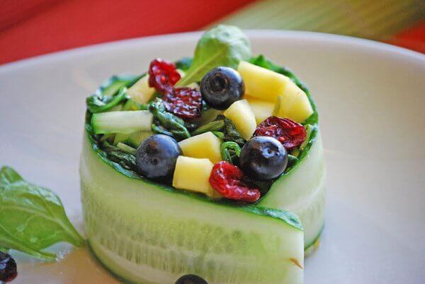 Весенний салат из шпината с манго
