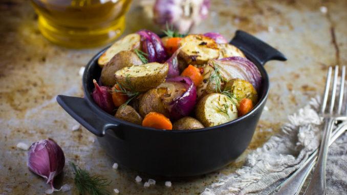 Жареный картофель с синим луком и морковью