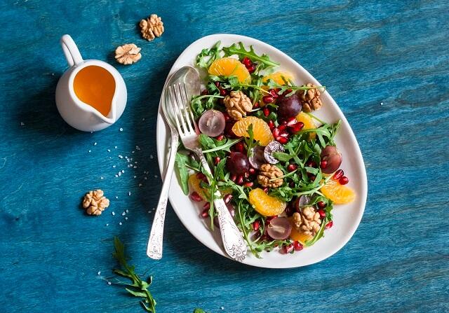 Вегетарианский салат с рукколой и фруктами