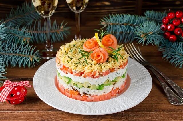 Салат с авокадо и лососем