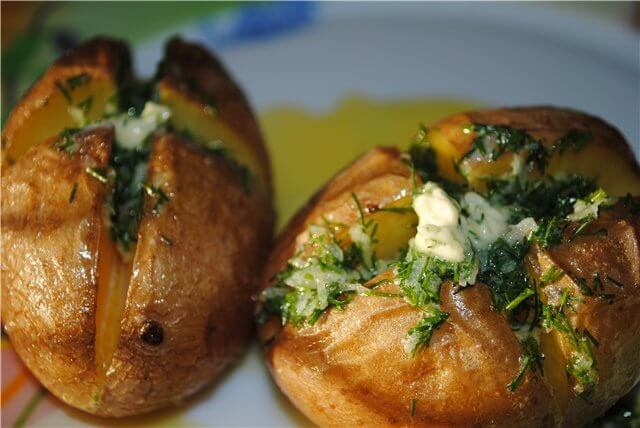 Картофель, печенный в кожуре с чесночным маслом