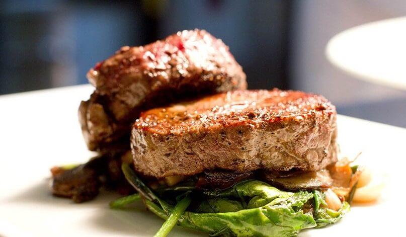 потрясающе вкусный стейк из свинины