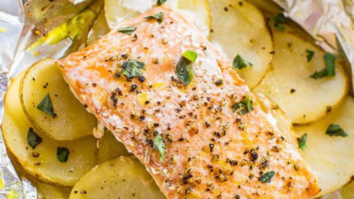 Филе лосося и ломтики картофеля
