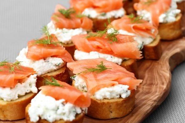 Полосатые бутерброды с семгой и сливочным сыром