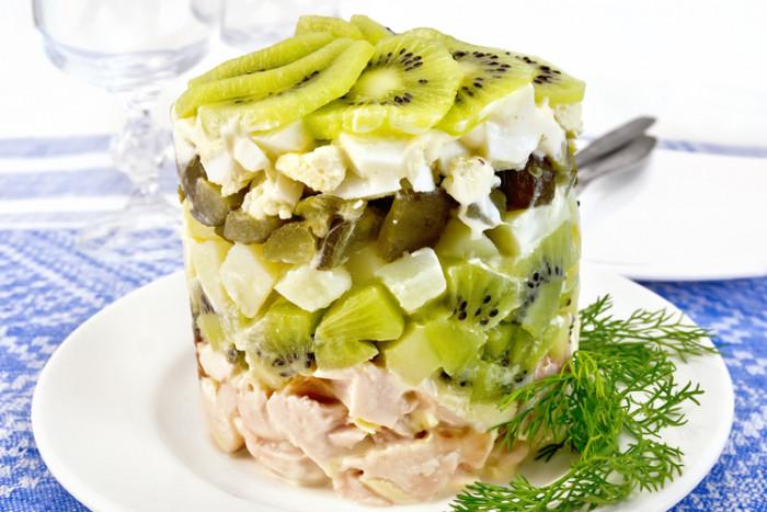 Салат с киви и копченой курицей