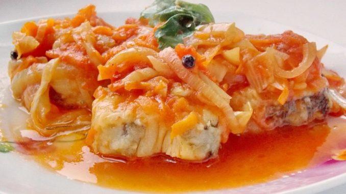 Тушеная рыба с томатами