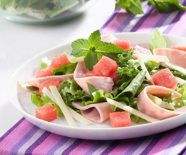 Салат с ветчиной и арбузом