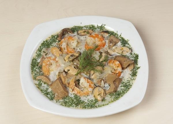 Суп с белыми грибами и морепродуктами